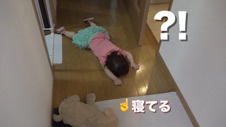【笑撃映像】どうしてこうなった?衝撃的な寝方をする1歳児