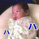 【生後2ヶ月の赤ちゃん】お笑い動画を一緒に見てみた【授乳クッションで背もたれ】